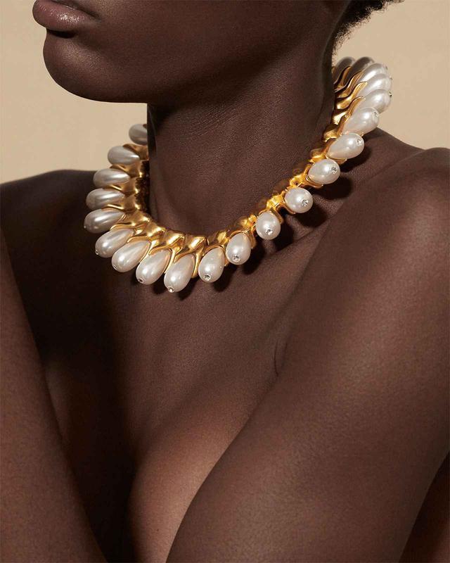 画像: 人工パールと歯の形をした真鍮の鋳物が並んだチョーカー。歯のひとつひとつにダイヤモンドの虫歯がついている