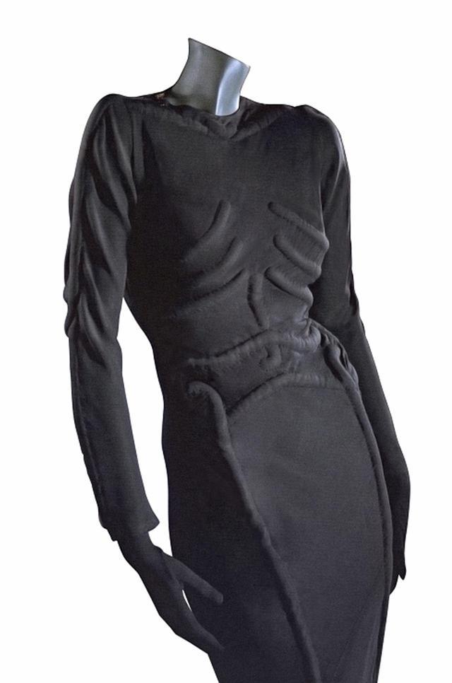 画像: スキャパレリの「スケルトン・ドレス」(1938年) COURTESY OF THE PHILADELPHIA MUSEUM OF ART