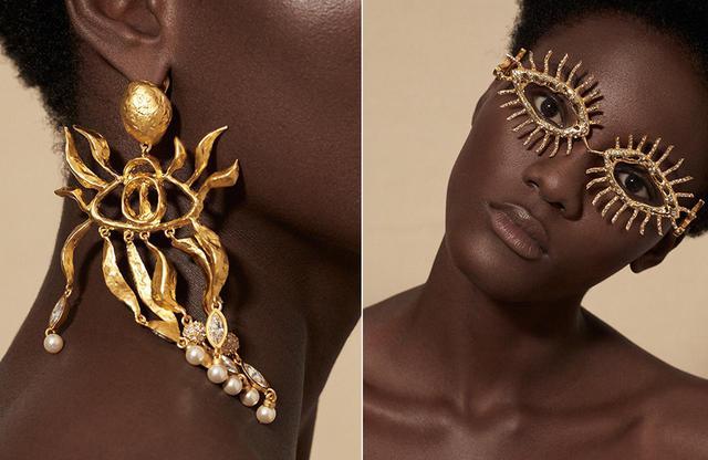 画像: (写真左)退廃的なムードの真鍮のイヤリング。これも、コクトーの目のブローチをオマージュしたもの (写真右)今回のコレクションの「目」モチーフは、メガネのフレームとしても登場