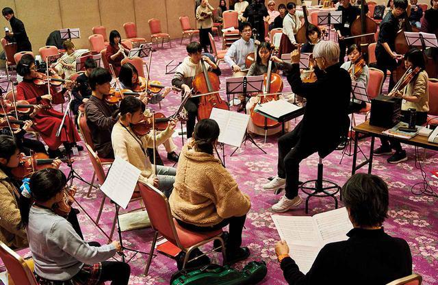 画像: 全員が集まっての練習は月1回。坂本が参加する際は、演奏のほか、指揮を担うことも