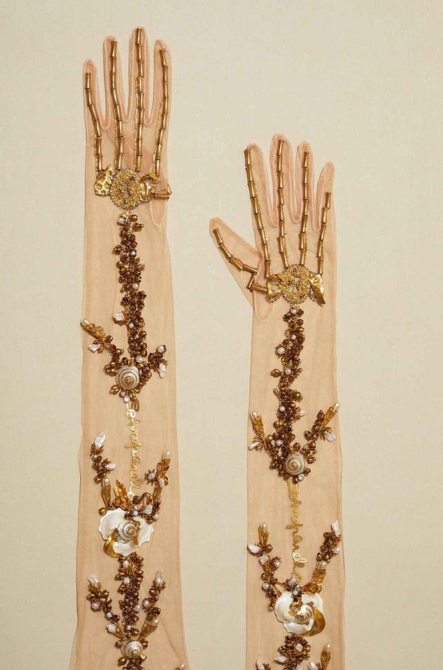 画像: アンティークジュエリーのパーツを縫いつけたグローブ。スキャパレリが1938年に制作した「スケルトン・ドレス」を元にしている