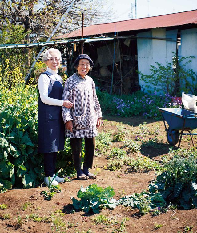 画像: 森田さんの信頼する「永井農園」。「ここの畑はお母さんが丹精こめて野菜を育てています。野菜作りの名人なの」と、永井美代さんと。永井さんは、フランス菓子店、下高井戸「ノリエット」のオーナーパティシエ永井紀之さんのお母さま。このあたりは代々の農家が多く、住宅街なので農薬もほとんど使わずに育てている