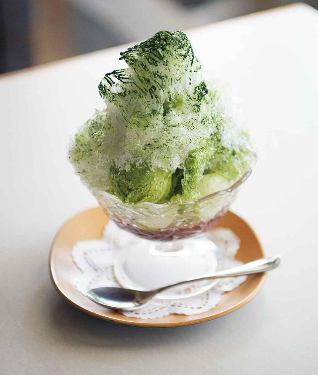 画像: 「氷宇治金時(抹茶アイス付き)」¥920に、白玉5個をトッピング(+¥200)。丁寧に煮上げた小豆。注文を受けてからしっかりこねて湯に放つ白玉。ふわりとした口あたりのかき氷。 仕上げの抹茶はその都度、茶筅で点てる