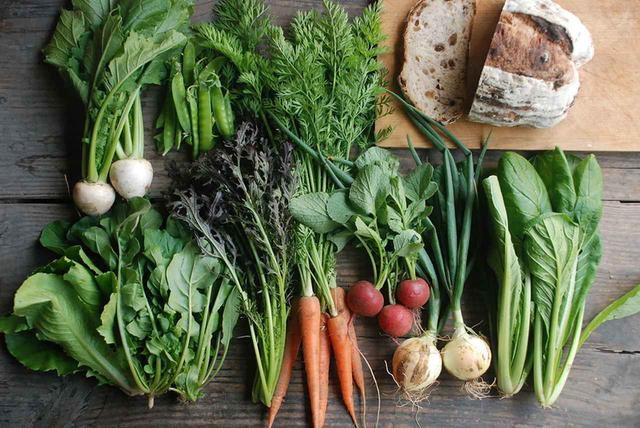 画像: 田中農園では農薬や化学肥料を使わず、土地の消毒も行わない。微生物の力を借りて、野菜が本来持つおいしさを引き出す野菜作りを続けている。現在、野菜の定期お届け便の新規申し込みは難しいが、お試しBOX(野菜6~7種類とパン500円分)¥3,000(クール便での送料込み)は、連絡をいただいた順に先着10名まで受付可。申込はメール( tanakanouenn2000@yahoo.co.jp )にて COURTESY OF TANAKANOUEN