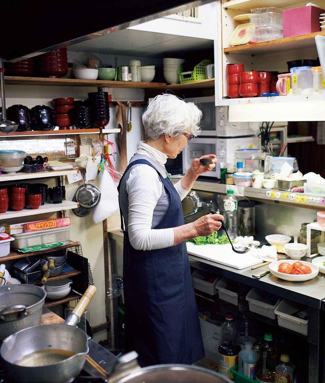 画像: 「櫻子」を切り盛りする森田さんは、1941年東京生まれ。使いやすいよう、整頓されたこの厨房でずっと味を守ってきた。元気の素は、台所に立つこと。これも母のしつけの賜物(たまもの)なのか、いつもスッと背筋が伸びている。森田さんの言葉は、40年もの料理人としての経験と知恵に基づいていて、すとんと腑に落ちる