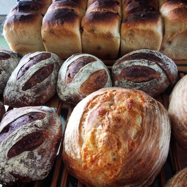 画像: 畑の人参から酵母を起こした自家製天然酵母を用いて、小麦、塩、水を捏ねて丁寧に低温熟成。手間ひまと天塩にかけて焼き上げられている。パンや焼き菓子の取り寄せ可 <数量限定>。申込は 公式サイト より COURTESY OF TANAKANOUEN