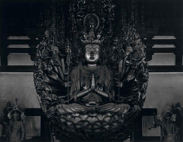 画像: 杉本博司《仏の海(中尊)》1995 『杉本博司 瑠璃の浄土』展で展示される、三十三間堂の「千体仏」を撮影した杉本の代表的シリーズ。この中尊の大判プリントは本展で世界初公開になる © HIROSHI SUGIMOTO / COURTESY OF GALLERY KOYANAGI