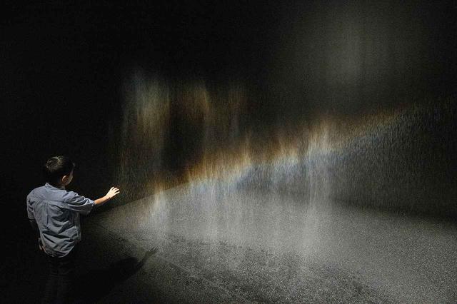画像: 《ビューティー》1993年 『オラファー・エリアソン ときに川は橋となる』展示風景(東京都現代美術館、2020年) PHOTOGRAPH BY KAZUO FUKUNAGA COURTESY OF THE ARTIST; NEUGERRIEMSCHNEIDER, BERLIN; TANYA BONAKDAR GALLERY, NEW YORK / LOS ANGELES ©1993 OLAFUR ELIASSON
