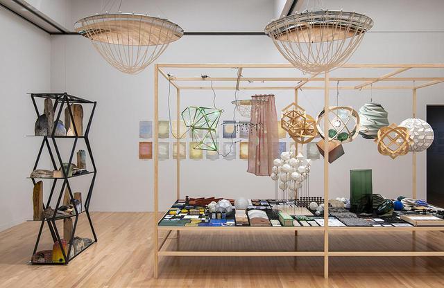 画像: 《サステナビリティの研究室》 『オラファー・エリアソン ときに川は橋となる』展示風景(東京都現代美術館、2020年) PHOTOGRAPH BY KAZUO FUKUNAGA COURTESY OF THE ARTIST; NEUGERRIEMSCHNEIDER, BERLIN; TANYA BONAKDAR GALLERY, NEW YORK / LOS ANGELES © 2020 OLAFUR ELIASSON