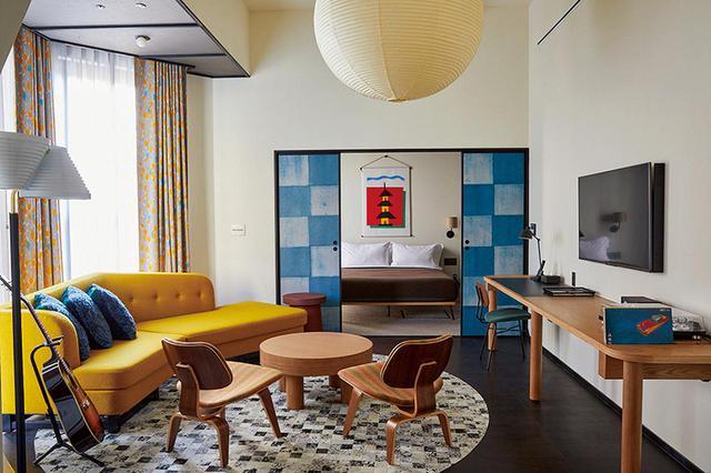 画像: エーススイート・リビングルーム。和のエッセンスがモダンに取り入れられた客室には、世界の他のエースホテルと同様に音楽関連のアイテムも置かれている