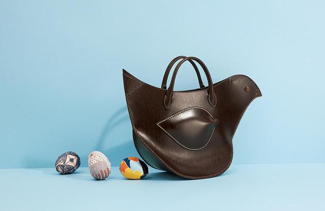 画像: 「tori bag」<23×W42×D15cm>¥80,000 透明感のあるベルギー製の革を使った2020-´21秋冬の新作。表面にモチーフがないぶん、より革のクォリティや美しい縫製が浮かび上がる