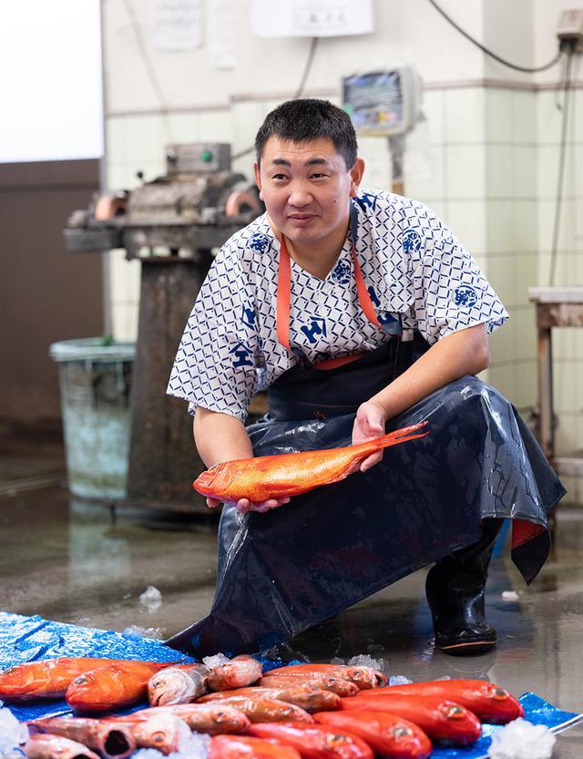 """画像: 5代目店主の前田尚毅さん。前田さんは、干物づくりに鮮度のよい、刺身で食べる魚を使う。""""食感と旨みを引き出す技""""は干物にも遺憾なく発揮されている。「朝獲れの魚を天日干しにすることで、味わいが凝縮して、従来の干物とは違ったおいしさになります。干し方から塩の塩梅まで、うちならではのやり方に新たな技術を加えて作っています。普通の干物より旨みの水分を保って干し上げているので、長くはもちません。せいぜい4日間くらいでしょうか」"""