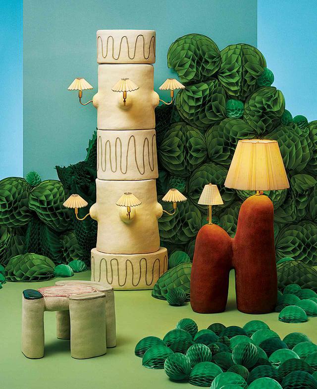 画像: (手前左から) サイドテーブル、ミニチュアのシェードがついた柱状のランプ、二つのシェードがついたテラコッタのランプ。すべてエニー・リー・パーカーの「内省化」シリーズより ENY LEE PARKER TABLE, $4,200, FLOOR LAMP, $14,000, AND LAMP, $6,200, ENYLEEPARKER.COM. PHOTO ASSISTANT: MAMIE HELDMAN