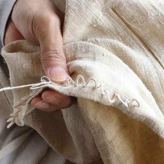 画像: スクランプシャスの服は肌触りや風合いにこだわり、素材も吟味厳選。独特な縫い方や独自のステッチを施し、随所に細やかな手作業が入る。それが唯一無二の輪郭やたたずまい、軽やかな着心地を作り出していく COURTESY OF SCRUMPCIOUS