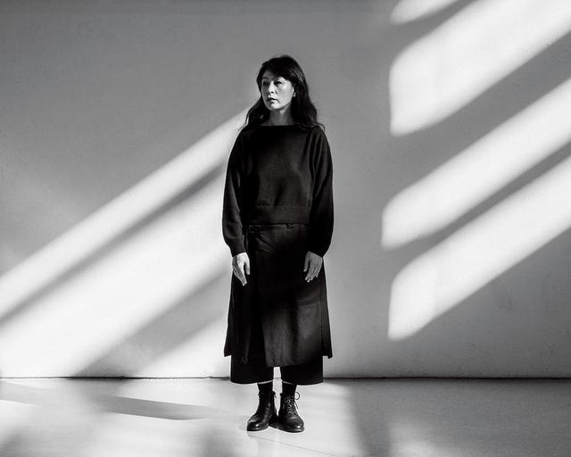 画像: 美術家のヤン・ヘギュ。撮影は2019年12月4日、マイアミにて。彼女は作品を通じて、記憶や喪失感、文化的アイデンティティなどについて考察している