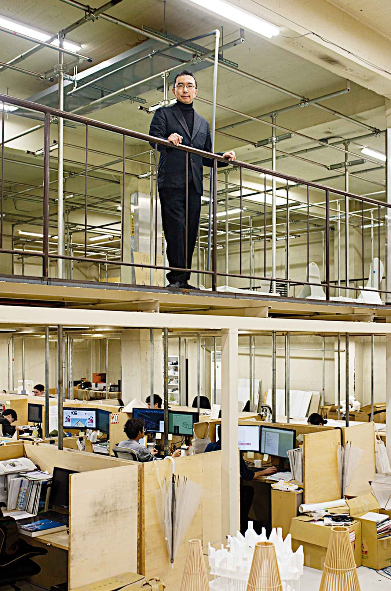 画像: 写真は東京の事務所にて 藤本壮介(SOUSUKE FUJIMOTO) 1971年、北海道生まれ。東京大学工学部建築学科卒業後、2000年、藤本壮介建築設計事務所を設立。主な作品に、ロンドンのサーペンタイン・ギャラリー・パビリオン2013(2013年)、House NA(2011年)、武蔵野美術大学 美術館・図書館(2010年)、House N(2008年) など。2014年フランス・モンペリエ国際設計競技最優秀賞(ラルブル・ブラン)に続き、2015、2017、2018年にもヨーロッパ各国の国際設計競技にて最優秀賞を受賞。2019年津田塾大学小平キャンパスマスタープラン策定業務のマスターアーキテクトに選定 www.sou-fujimoto.net