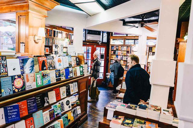 画像: 42年前にオープンした時とまるで変わっていないような、スリー・ライブスの店内 PHOTOGRAPH BY NINA WESTERVELT