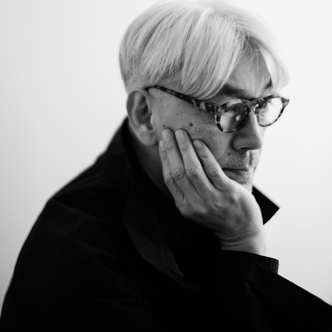 画像: 坂本龍一(RYUICHI SAKAMOTO) 音楽家。1952年東京生まれ。1978年『千のナイフ』でソロデビュー。同年『YMO』を結成。散開後も多方面で活躍。『戦場のメリークリスマス』で英国アカデミー賞を、『ラストエンペラー』の音楽ではアカデミーオリジナル音楽作曲賞、グラミー賞他を受賞。環境や平和問題への言及も多く、森林保全団体「more trees」の創設、「stop rokkasho」、「NO NUKES」などの活動で脱原発を表明、音楽を通じた東北地方太平洋沖地震被災者支援活動も行う PHOTOGRAPH BY ZAKKUBALAN © 2020 Kab Inc.