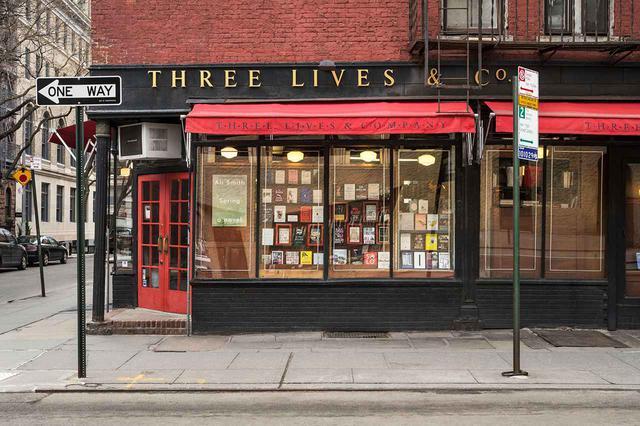 画像: 西10丁目とウェイブリー通りの角にある書店「スリー・ライブス」は、1978年創業以来、作家やアーティストを魅了してきた PHOTOGRAPH BY CHRISTOPHER L. SMITH / COURTESY OF THREE LIVES & CO.