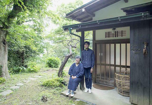 画像: SOJI BŌKENの前で。中山靖さん・則美さん夫妻。ふたりで様々なアイデアを話しあいながら、制作は靖さん、運営や企画、冊子の文章などは則美さんが主に手がける PHOTOGRAPH BY YASUYUKI TAKAGI