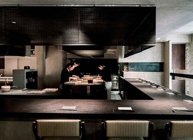 画像: 和食レストランのオープンキッチンで下ごしらえをする料理人たち。ここでは緒方と長年ともに協働してきた料理人の渡辺一貴が監修する現代の日本食を提供する
