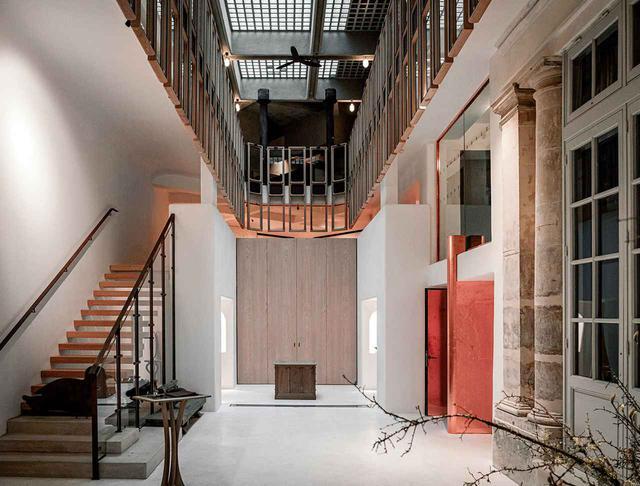 画像: OGATA Parisのアトリウムのような中央ホール。階段のオーク材の踏板には日本の伝統的な木工技法である名栗(なぐり)加工が施され、手作業で削り上げられている