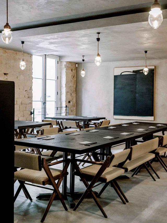 画像: ウェンジ、ヒバ、チーク材を使用したメインのダイニングエリア。椅子はオーク材を編み上げた特注品