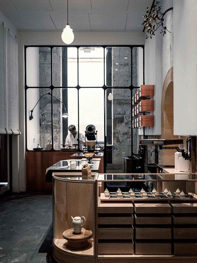 画像: 建物の1階のティーブティック。ほうじ茶、玉露、抹茶および煎茶を取りそろえる。ほかにもブレンド茶などが桐の棚に収納されている