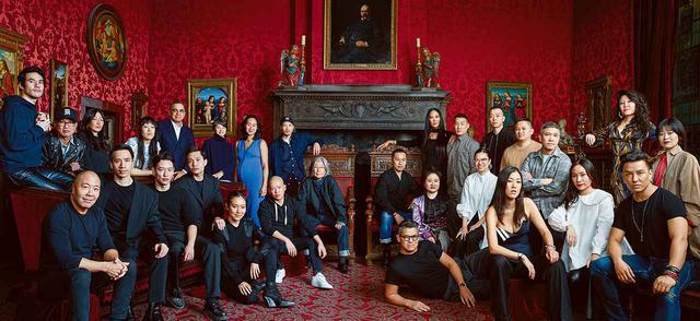 画像: 2020年2月17日、ニューヨーク、モルガンライブラリーにて。 (左上から時計回り) ジョセフ・アルトゥザラ、「R13」のクリス・レバ、「UNIS」のユニス・リー、「ガントレット・チェン」のジェニー・チェン、ビブー・モハパトラ、「MAKIÉ」の矢作まきえ、「クリエイチャーズ・オブ・コンフォート」のジェイド・ライ、「パブリック・スクール」のダオ・イ・チョウ、ヨーリー・テン、フィリップ・リム、「ベイビーファット」のキモラ・リー・シモンズ、「クラブモナコ」のリチャード・チャイ、「イイセ」のケヴィン・キム、「デヴォー」のトミー・トン、タクーン・パニクガル、キム・シュイ、ルイ・ジョウ、プラバル・グルン、サンディ・リアン、「オスカー・デ・ラ・レンタ」のローラ・キム、メアリー・ピン、スノー・シュエ・ガオ、ピーター・ソム、ジェイソン・ウー、ジ・オー、「コミッション」のディラン・カオ、ジン・ケイ、フイ・ルオンのトリオ、デレク・ラム