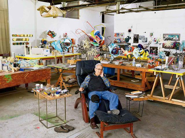 画像: FRANK STELLA(フランク・ステラ)。2019年12月18日、ニューヨーク北部の彼のスタジオにて。この秋、リッジフィールドのアルドリッチ現代美術館で彼の展覧会が開催予定。ここでは50年前に彼の初の個展が開催された