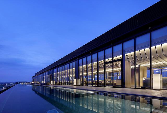 画像: 「ソラノルーフトップバー」 60mのプールの向こうに立川市街の夜景が見渡せる