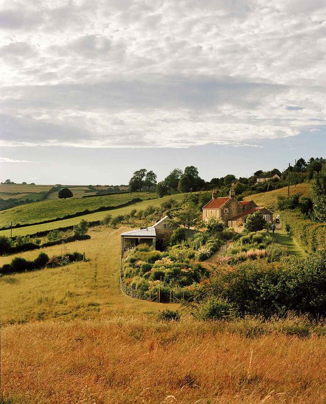 画像: 母屋の東にある観賞用庭園は、約8万㎡の南向きの牧草地につながっている