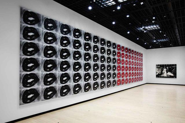 画像: シルクスクリーンで写真を転写したキャンバス作品シリーズも並ぶ PHOTOGRAPH BY SAYUKI INOUE