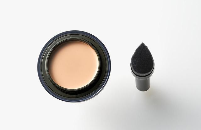 画像: ファウンデイションの含みのよいソフトな縮毛と密着性を高めるコシのある直毛がミックスされた専用ブラシ。先端を使えば目の下や小鼻の横など細かいところ、広い面は頬やフェイスラインにフィットさせやすいしずく型の形状で筋ムラを作ることなく、簡単にきれいに塗ることができる