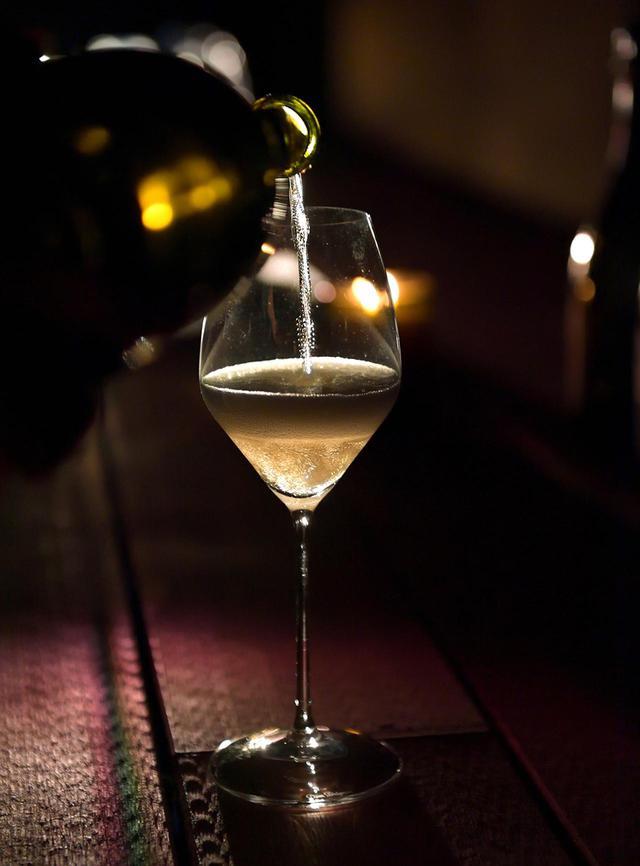 """画像: 新ヴィンテージ「ドン ペリニヨン ヴィンテージ 2010」 開封した瞬間、豊かな香りに圧倒される。白い花、ストーンフルーツ、スパイスなど、まるで""""香りのタペストリー""""のよう"""