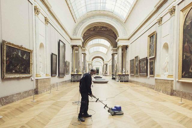 画像: 7月6日の再開にむけ準備を行うルーヴル美術館のスタッフ