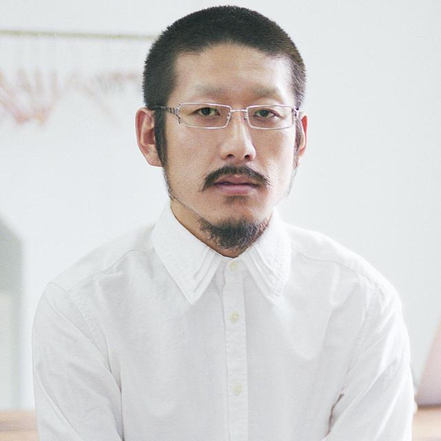 画像: 森永邦彦(KUNIHIKO MORINAGA)さん 1982年東京都生まれ。早稲田大学社会科学部在学中にバンタンデザイン研究所で服作りをスタート。2003年に「A REAL(日常)」と「UNREAL(非日常)」「AGE(時代)」を由来とした、ブランド「ANREALAGE(アンリアレイジ)」を設立。独創的なフォルム、色鮮やかなパッチワークデザインに加え、サイエンステクノロジーの新技術を取り入れて服作りをおこなう © ANREALAGE