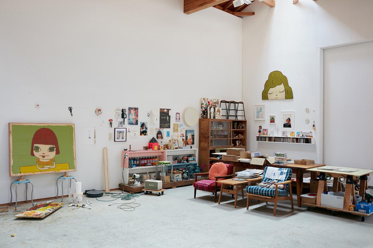 画像: 奈良の制作スペース。左にあるのは彼の作品《Thinking at the Table》(2020年)