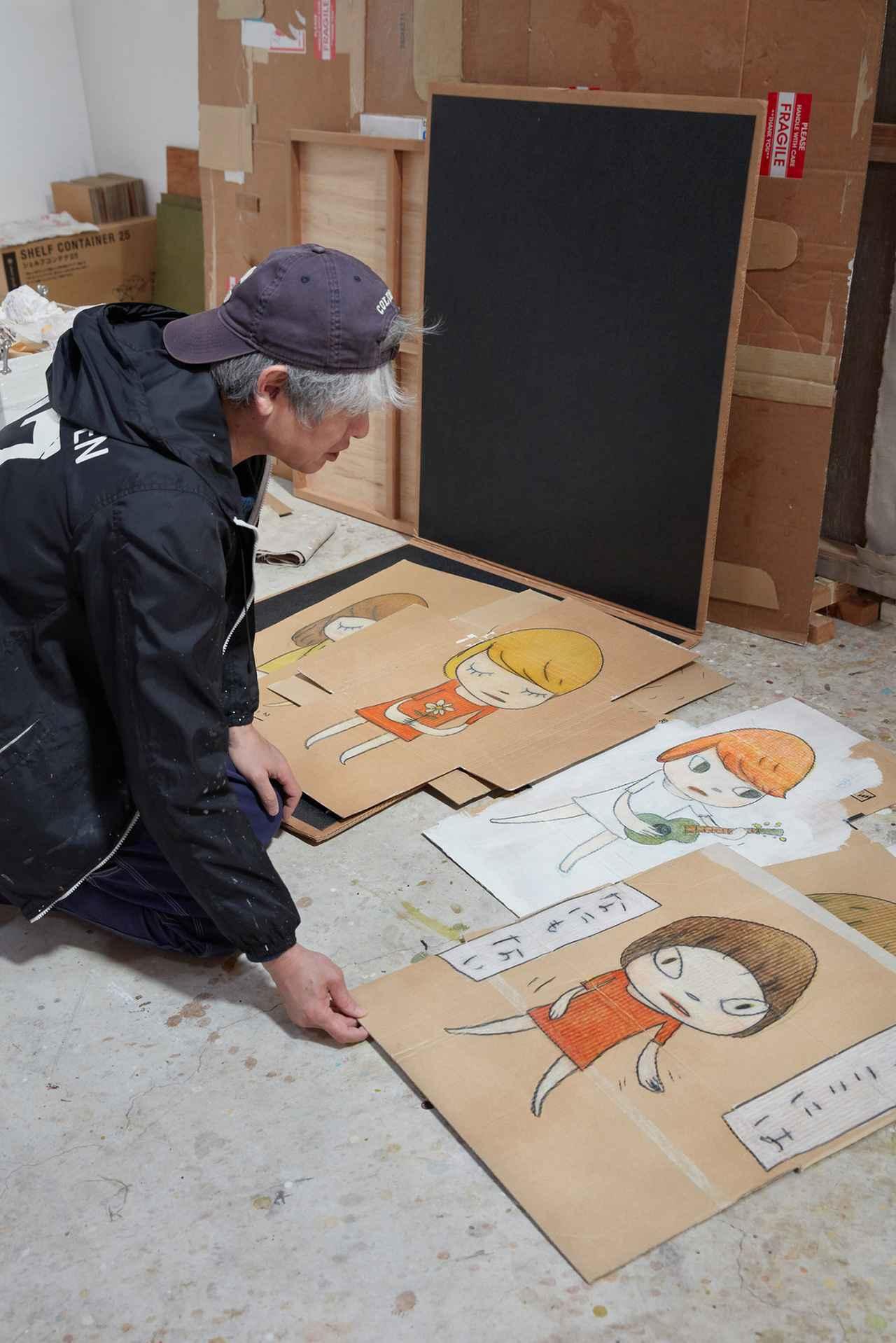 画像: 奈良が描くキャラクターの多くは、花や楽器、さらに恐ろしいものなど、小道具を持っている