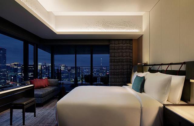 画像: 「チャプター3 スイート」<95㎡> ベッドにいながら都会との一体感を感じられる客室