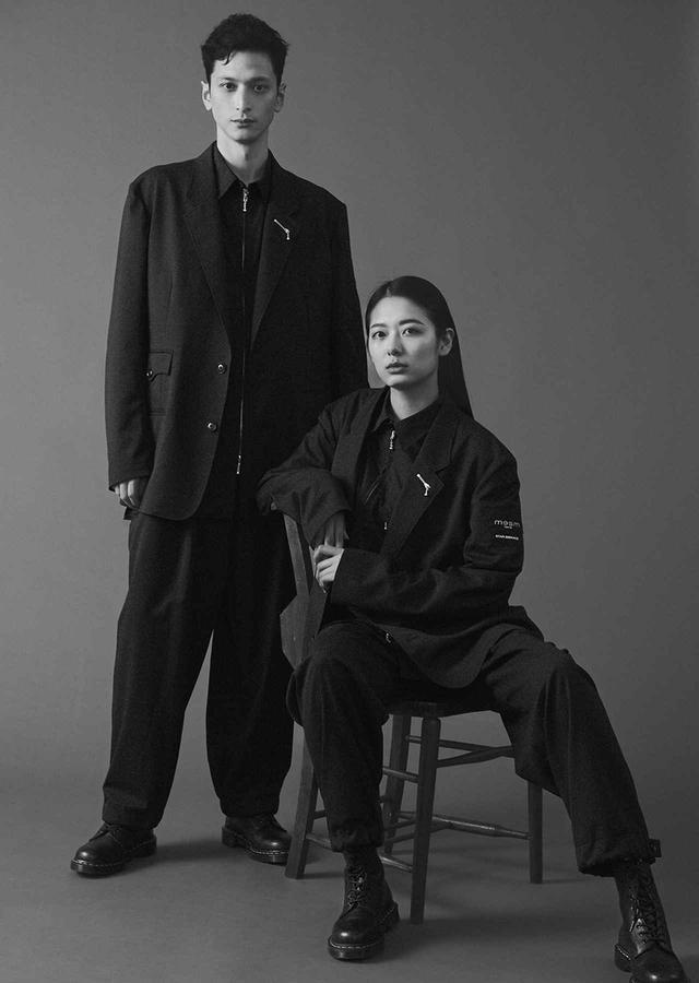 """画像: """"TOKYO WAVES""""のこだわりはユニフォームにも。ヨウジヤマモトの「Y's BANG ON!」はユニセックスで、黒のルーズなシルエットが特徴。クルーは髪型やメイク、靴まで気を遣う"""