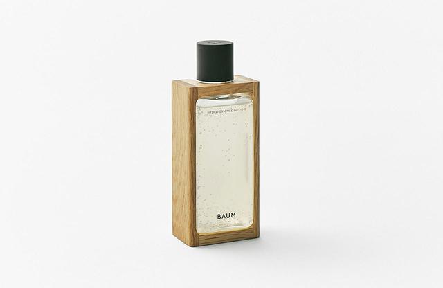 画像: 液体に触れると変質する木を、化粧品に直接触れるかたちで容器として使うことは衛生上できないため、一部にバイオPET樹脂を使用したボトルを採用。木製パーツは樹脂ボトルの枠として使用した