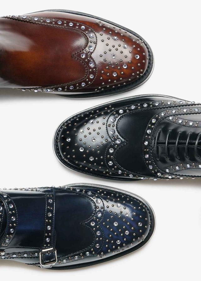 画像: (写真左から)カジュアルアップにうってつけのサイドゴアブーツ「ケッツビー」、紳士靴の王道たるウィングチップシューズ「バーウッド」近年女性にも人気のダブルモンクストラップの「ラナ」。日本の3店舗では、期間限定でメダリオン にビジューを装飾できるセミオーダー会を実施