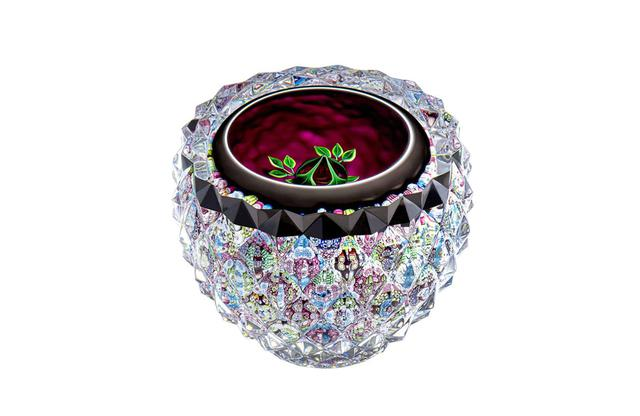 画像: ペーパーウェイト《SUB ROSA》 ¥638,000<H83mm、直径85mm>※ 9月発売 四層になったクリスタルのドームに、真紅のバラがひっそりと佇む
