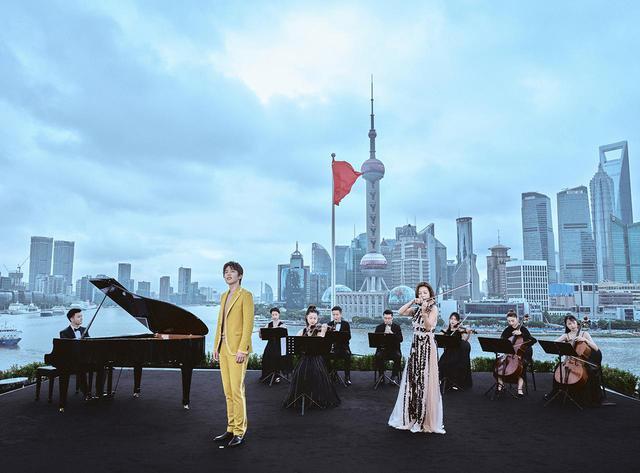 画像: フェンディと上海保利大劇院のコラボレーションで実現した上海編。シンガーを起用した歌唱スタイルで、演奏とともに日が落ち、徐々に周囲が闇に包まれていくドラマティックな演奏会となった