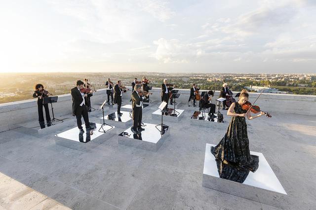 画像: フェンディとローマにある世界最古の音楽大学のひとつサンタ・チェチーリア国立アカデミアとの共同企画で開催された第一回目の「フェンディ ルネサンス-アニマ・ムンディ」。世界的なバイオリニスト、アンナ・ティフは、かつてナポレオンが所有していたというアントニオ・ストラディヴァリ作「マレシャル・ベルティエ」を使って演奏