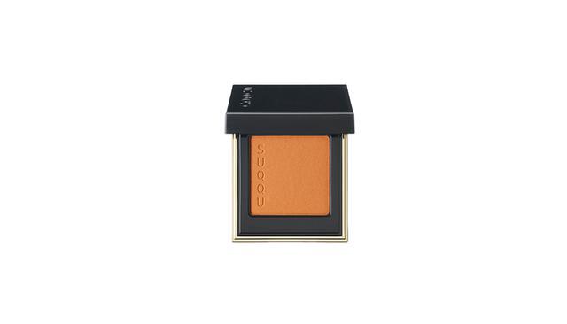 画像: SUQQU トーン タッチ アイズ<16 染芥子–SOMEKARASHI>-フロスト-(新色5色/うち限定2色)¥3,700 色によって配合するパールの色を変えるなどの工夫がされていてまぶたの上に上品な輝きとツヤ感が叶う。商品詳細は こちら COURTESY OF E' QUIPE