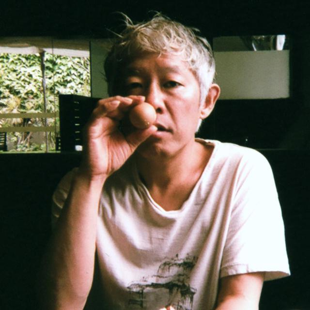 画像: ホンマタカシ(TAKASHI HOMMA) 1962年東京生まれ。1999年、写真集「東京郊外 TOKYO SUBURBIA」(光琳社出版)で第24回木村伊兵衛写真賞受賞。著書に「たのしい写真 よい子のための写真教室」、近年の作品集に『THE NARCISSISTIC CITY』(MACK)、「TRAILS」(MACK)、「Symphony その森の子供 mushrooms from the forest」(Case Publishing)、「Looking Through Le Corbusier Windows」(Walther König, CCA, 窓研究所)。2020年10月3日より、監督・撮影を手掛けた妹島和世のドキュメンタリー映画『建築と時間と妹島和世』が公開。現在、東京造形大学大学院 客員教授 ©TAKASHI HOMMA