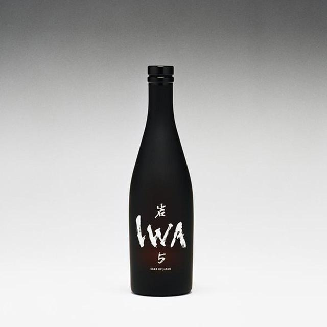 画像: 「IWA 5」<720ml> ¥13,000 ボトルデザインは「アップル・ウォッチ」などで知られるオーストラリアのプロダクト・デザイナー、マーク・ニーソン氏。ラベルは書道家の木下真理子氏とアートディレクター中島秀樹氏のコラボレーションによるもの PHOTOGRAPH BY JONAS MARGUET