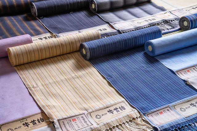 画像: 牛首紬反物 ¥280,000〜 牛首紬は石川県白山市白峰で800年以上続く、国指定伝統的工芸品。絹織物のしなやかで上品な光沢、紬織物の張りと肌なじみを併せ持つ